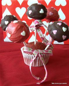 Bizcobolas de terciopelo rojo.  Cake pops elaborados con red velvet cake y cubiertos de chocolate negro, y candy melts rojos.