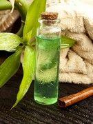 Aphte, mal de gorge, verrue… Antibactérienne, l'huile essentielle d'arbre à thé (Tea Tree) soigne un grand nombre de maux. Mode d'emploi de cette huile miraculeuse disponible en pharmacies, parapharmacies et dans les magasins bio.