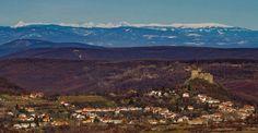 A Karancs vidéke - kép hátterében a Tátra, míg az előtérben Somoskő és a somoskői vár látható.