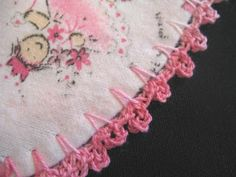 """Crochet Edging SewChic: Crocheted-Edge Blanket Tutorial - the cute picot edge plus a """"how-to"""" for making the blanket. Crochet Blanket Edging, Crochet Edging Patterns, Crochet Borders, Crochet Trim, Easy Crochet, Crochet Stitches, Crochet Hooks, Crochet Baby, Crochet Edgings"""