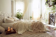 chambre cocooning avec tapis design, literie en tons doux, rideaux blancs et sol en bois massif