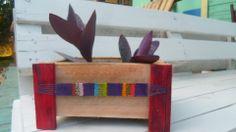 maceta de madera de pallet reciclada con aplique de telar artesanal realizado a mano con hilo encerado.
