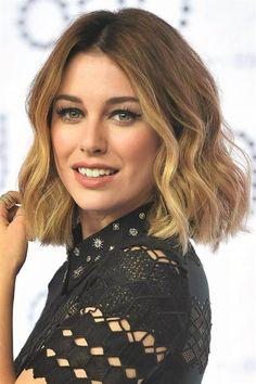 ¡Flipante! Los cambios de look más impactantes de las famosas  Blanca Suarez: media melena  #peinados #blancasuarez #mediamelena Flower Braids, Medium Hair Styles, Short Hair Styles, Hair 2018, Love Hair, Girl Hairstyles, Hair Inspo, Hair Makeup, Hair Color