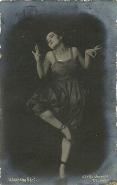German card. Photo: Atelier Leopold, München (Munich).  Jewish cabaret artist Valeska Gert, (here in 1918) and her dark, aquiline features became famous in Berlin with her radical modern dances. She was also active as an artists' model and appeared in several classics of the Weimar Cinema. After a comeback in Fellini's Giulietta degli spiriti/Juliet of the Spirits (1965), she worked with the film makers of the New German Cinema of the 1970's.