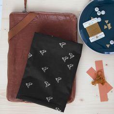 """Tissu """"Bye Bye Birdie black"""" ATELIER BRUNETTE - 1,80 € x 10cm - Anna Ka Bazaar • 100% batiste de coton • Laize 140cm • Densité 80 g/m2 • Lavage à 30 - 40°"""