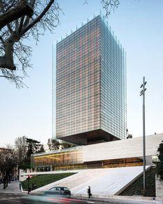Abstracción y verticalidad: Rafael de la Hoz Arquitecto. 1975 Edificio Castelar Madrid España. #forma #artearquitectura #archdaily by i_volante