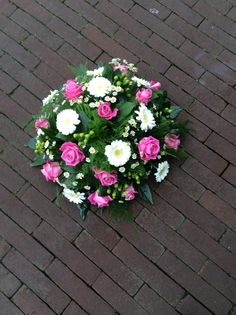 Roze wit rouwbloemwerk