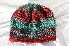 Hier aus meiner Mützen-Kollektion eine gehäkelte Mütze in Ballonform aus schöner Verlaufswolle in den Farben türkis und braun und grün und lila mit Reliefstäbchen im Flechtmuster, so dass sich ein...
