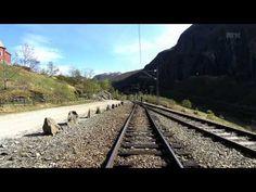 Opplev ei av dei mest spektakulære togreisene her til lands frå orkesterplass. Bli med minutt for minutt frå høgfjell til fjord. Reisa startar på Myrdal stas...