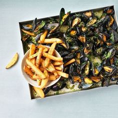 Mussels and French fries. Barbecue Recipes, Fish Recipes, Grilling Recipes, Seafood Recipes, Cobb Bbq, Big Green Egg Bbq, Roast Fish, Side Dishes For Bbq, Pub Food
