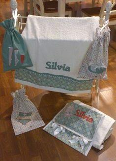 Bolsas y toalla personalizadas.