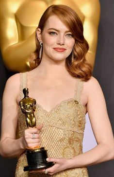 Stone: Hair Style File Stone accepted her Best Actress Oscar for [i]La La Land[/i] with her hair styled in classic Hollywood waves.Stone accepted her Best Actress Oscar for [i]La La Land[/i] with her hair styled in classic Hollywood waves. Ginger Actresses, Young Actresses, Female Actresses, Hollywood Actresses, 80s Actresses, Child Actresses, Classic Actresses, Indian Actresses, Viejo Hollywood