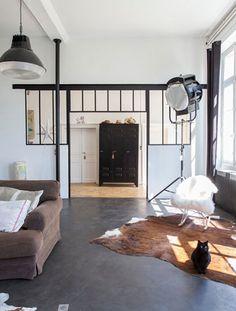 Binnenkijken in stoere woning in oud schoolgebouw in La Perche, Frankrijk.