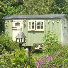 "1,467 To se mi líbí, 20 komentářů – Home & Garden (@buttermilk.rose) na Instagramu: ""A perfect place to escape and unwind... 🌿🌸🌿🌸🌿 📷: @whitelinenheart #shepherdshut #smallspaceliving"""