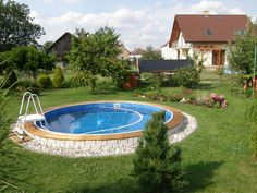 Polozaúpuštěný bazén s dřevěným obložením Above Ground Pool Landscaping, Small Backyard Pools, Diy Pool, Pool Spa, Semi Inground Pools, Piscine Diy, Small Pool Design, Stock Tank Pool, In Ground Pools