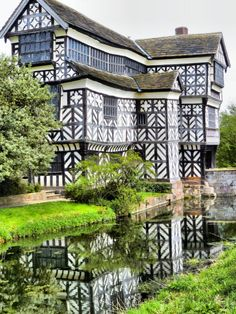 Little Moreton Hall, a moated half-timbered manor house near Congleton, Cheshire, England Beautiful Buildings, Beautiful Homes, Beautiful Places, Little Moreton Hall, Stoff Design, Pub, England And Scotland, English Countryside, Old Buildings