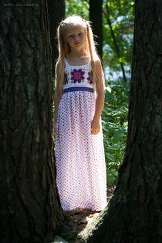 Maxi dress idea with a crocheted yoke for a girl. Идея макси-платья с вязаной крючком кокеткой для девочки.