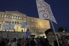 """#OXI ...E mostravam cartazes, tanto em grego como em inglês, onde se lia: """"Não à chantagem da #troika"""", """"Não ao memorando"""", """"As nossas vidas não pertencem aos credores"""""""