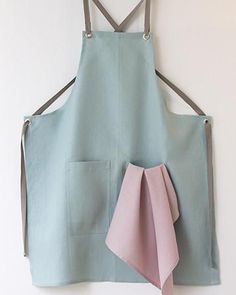This linen apron has been a bestseller since its introduction, and with the Rose tea towel becomes a colorful and distinctive combination. The linen has a luxurious touch and the strength and sturdine
