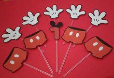 Kit Topper Mickey 1 ano  Conjunto com 10 Toppers para docinhos ou cupcake no tema festa do Mickey .  Conjunto contem 5 mãos do Mickey , 4 calças e 1 tag de aniversario (com a idade desejada) .Confeccionados em papel fotográfico resistente a aguá e palito de plastico transparente.   Arte com aprox : 4cm