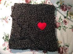 sciarpa nera con cuore rosso (scalf)