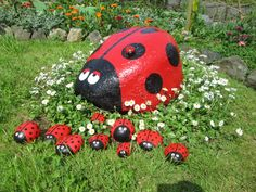 Joaninhas...Isn't this a really cute lady bug decorating idea for the garden or lawn?!