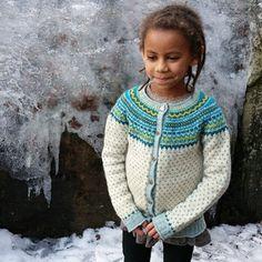@judithsnilsen strikka Barneloppa i Sjølingstadgarn, som har de flotteste blåfargene. Lett å få assosiasjoner til Elsa i Frost her  #barnestrikk #barneloppa #strikking #knitting #egenreklame #strandedknitting #mønsterstrikk #designersofinstagram #madeinnorway #norwaydesign #wool #ull #woollove @vestagdermuseet #sjølingstadgarn #ullunger