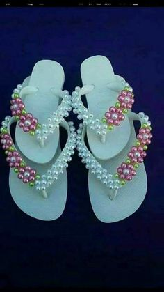 Decoration of Slippers with Pearls, a hit! Beaded Beads, Beaded Shoes, Flip Flop Slippers, Flip Flop Sandals, Shoe Crafts, Diy And Crafts, Flip Flop Craft, Crochet Flip Flops, Custom Flip Flops