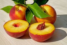 Apricots are those beautifully orange colored fruits full of beta-carotene and fiber that are one of the first signs of summer. It's one of the most versatile fruits. Eat A Peach, Peach Fruit, Ripe Peach, Fruit Orange, Red Fruit, Healthy Diet Recipes, Smoothie Recipes, Healthy Life, Juice Recipes
