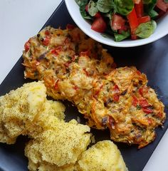FIT placuszki drobiowe z warzywami i serem - Mocne Kalorie Tandoori Chicken, Cauliflower, Food Porn, Food And Drink, Low Carb, Cooking Recipes, Tasty, Meals, Dishes