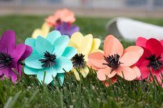 Die Wohnung festlich, oder einfach für den Frühling dekorieren? Setzen Sie auf DIY Deko, indem Sie Blumen basteln! Die Anleitungen sind hier!