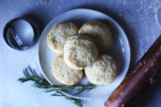Rosemary Buttermilk Biscuits Flaky Biscuits, Buttermilk Biscuits, Baby Food Recipes, Bread Recipes, Food Baby, Canapes Recipes, Fried Chicken Sandwich, Biscuit Recipe, Bread Rolls