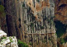 Esta vai para os mais aventureiros: El Caminito del Rey fica em El Chorro, Espanha, e é um estreito desfiladeiro em estado bastante deteriorado. Apenas um metro de largura e 300 acima do rio, quase tudo sem corrimão. Você se arriscaria? Acumulando muitos anos sem manutenção, a passagem se encontra quase em ruínas. É um verdadeiro desafio para os mais corajosos, mas também um risco de consequências imprevisíveis.Algumas passagens são assustadoras, como você pode comprovar no vídeo…