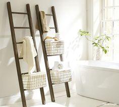 Si tienes una escalera que ya no uses, el baño es un buen lugar para que le des una nueva función decorativa #eco.