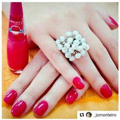 E para inspirar a quinta pré feriadão, um look poderoso com unhas vermelhas e maxi anel @carolgregori .  Bora começar o dia feliz que a semana está quase no fim. 😁❤👏🙏💍 #maxi #anel #luxo #quinta #chique #moda #tendencia #estilo #inspiracao #luxury #chic #handmade #ring #trend #fashion #style #inspiration #instalook #instalike #instamood #instapic #instagood
