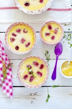 Natillas horneadas con frambuesas (Baked vanilla custard with raspberry)