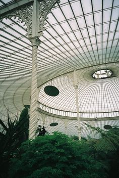 Kibble Palace at Glasgow Botanical Gardens. It opened in 1873 and its interior was lit by 600 gas lamps which could be coloured for effect. Glasgow Botanic Gardens, Kew Gardens, Botanical Gardens, Architecture Details, Interior Architecture, Interior And Exterior, Classic Architecture, Interior Design, Greenhouse Effect