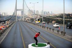 Estambul, Turquía, 5 de noviembre de 2013. Tiger Woods golpea una bola sobre una plataforma situada en un puente sobre el Bósforo en Estambul para promocionar el Torneo Abierto de Golf de la Aerolínea Turca. Foto: AFP.
