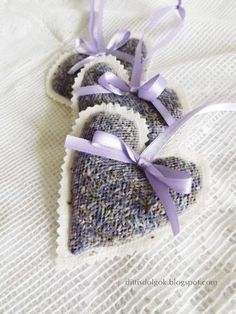 There was a little white tulle in my home, made of these hearts . Lavender Crafts, Lavender Wreath, Lavender Bags, Lavender Sachets, Lavender Scent, Lavender Color, Lavender Flowers, Dried Flowers, Kunstjournal Inspiration