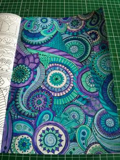een tekening uit het vijfde enige echte kleurboek voor volwassenen, deze met stift ingekleurd