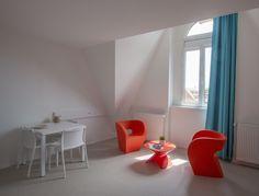 Les studios et les chambres sont meublés pour vous garantir une installation en toute tranquillité. Floor Chair, Studios, Europe, Flooring, Furniture, Home Decor, Bedrooms, Decoration Home, Room Decor