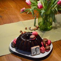 Schokoladen Gugelhupf und Himbeer Macarons