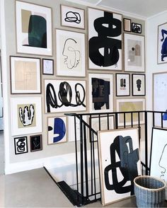 For a dash of creative flair, add modern art design to your stairway. ------------ Tips on how to design a stairway gallery wall. A guide to help you with placing picture frames and artwork on your stairs, steps, staircase or stairwell. Deco Design, Wall Design, Design Art, Stairway Gallery Wall, Gallery Walls, Gallery Gallery, Picture Wall Staircase, Stairway Art, Inspiration Wand