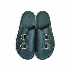 * 100% leather* Green / Navy / Pear* Made in Taiwan* NT. 4380使用三款顏色的苯染牛皮來製作,墨綠/靛藍/梨黃,低明度高彩度的色澤給您一點微醺的韻味,苯染為整塊牛皮滾筒透染,表面無後加的著色,可清晰地看見最天然的皮面的紋理,獨立左右鞋面交袵包覆,鞋側有半弧形小開口增加透氣性將一般用於鞋側的ring boot調節環轉移至鞋面上增添份量感,並有調節鞋面厚度的機能性,整雙鞋底使用乳膠緩衝底,穿著舒適柔軟。使用手工縫製中底而後再黏合鞋底,這是在工業化膠水黏著之前被捨棄的頂真做工。這雙台灣製造的鞋,我們的理想就是在這個文化融合的地方,擁有各種加工的高級技術背景,將在地氣息美好設計存在於街頭時裝。全款總計 3 色,墨綠 / 靛藍 / 梨黃