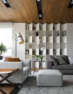 Il parquet o i pannelli in legno sono ottimi per le controsoffittature. Si possono utilizzare come il cartongesso per nascondere l'impianto elettrico e di riscaldamento della casa. Il controsoffitto è rivestito con lo stesso materiale del pavimento. Stupenda libreria realizzata in laminato bianco
