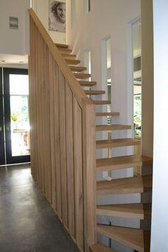 Nieuwbouw moderne villa met rietgedekte kap - trap