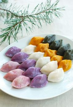 Songpyeon recipe (how to make Korean half-moon shaped rice cake)You can find Korean dessert and more on our website.Songpyeon recipe (how to make Korean half-moon shaped. Korean Thanksgiving, Thanksgiving Recipes, Thanksgiving Holiday, Korean Rice Cake, Korean Dessert, K Food, New Year's Food, Rice Cake Recipes, Rice Cakes