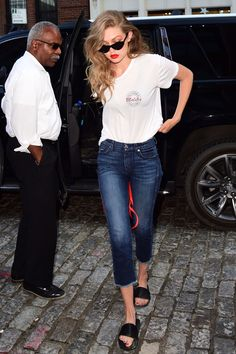 14 July Gigi Hadid was casual and chic in a simple white T-shirt, which she paired with jeans and slider sandals.