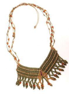 Gracias a la mezcla de culturas nace este collar, inspirado en la cultura egipcia y elaborado con ágatas cornalinas, relacionadas con el chakra sexual. Su elaboración artesanal lo hace una pieza irremplazable.