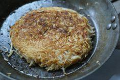 Zeller ropogós • 1 zellergumó 1 tojás 2 gerezd fokhagyma 2 evőkanál zabpehelyliszt só, bors  kókuszolaj 1. Reszeld le a zellert és nyomd össze a fokhagymát.2. Dolgozd egybe az összes alapanyagot. Kis átmérőjű serpenyőben hevíts fel kevés olajat, ezen teríts el egy nagy adag zelleres masszát.3. Ha megsült az egyik oldala, egy lapát segítségével óvatosan fordítsd át, hogy a másik oldala is megpirulhasson. Nagyjából 4-5 perc alatt szuper ropogósra sül.5. A kész zellerropogóst papírtörlőre…